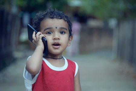 Kid prova seu telefone
