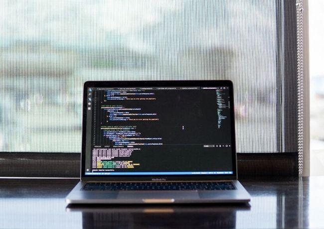 Linguagens de programação para desenvolvedores que codificam laptop Macbook